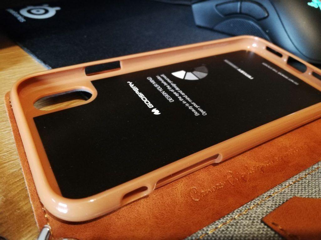 La parte de la funda donde muestra los huecos para altavoces y botones del iphone x son precisos y coinciden correctamente