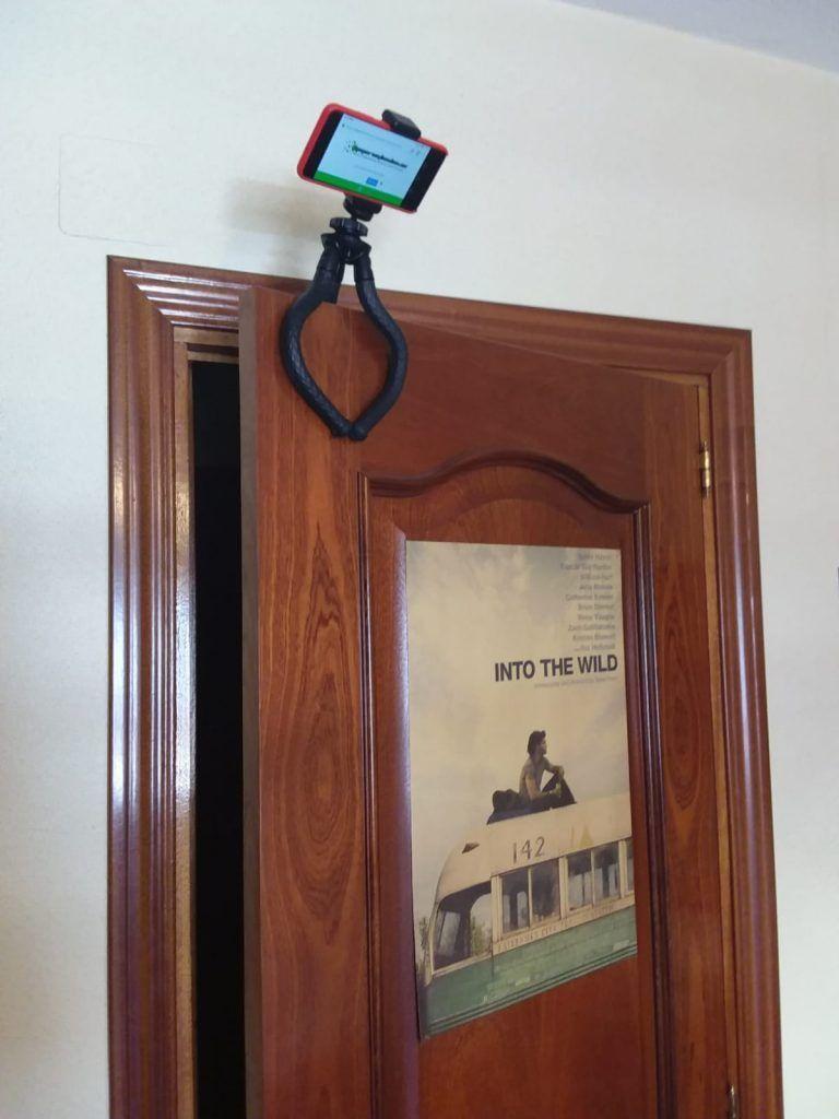 Tripode para movil sujetado encima de una puerta